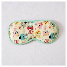 """Máscara de Dormir """"Gatinhos""""  Para que o seu sono seja relaxante a qualquer momento!   Descrição:   Tecido 100% algodão (estampa)  Enchimento de manta acrílica  Acabamento com viés (verde)  elástico chato regulável (preto)  Fundo preto (tecido de algodão)   Medidas:   20 cm (comprimento)  10 cm (largura)  10g.  #máscaradedormir #máscaraparadormir #máscarasdedormir #máscarasparadormir #tapaolho #tapasolhos #evitaclaridade #acessório #acessórios #acessóriodeviagem"""