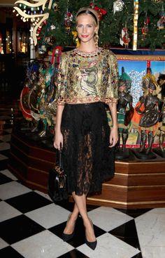 Le look de Poppy Delevingne: une blouse précieuse Dolce & Gabbana, une jupe noire en dentelle et des escarpins noirs.