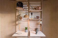 Estúdio cria cabine de home office modular que pode ser montada em um dia - Casa Vogue | Home Office Home Office, Garden Office, Prefab Office, Design Modular, Affordable Prefab Homes, Design My Room, Narrow Staircase, Garden Pods, Plywood Interior
