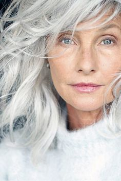 Femme 50 ans Naturally White Silver Grey Hair : (notitle) Source by momstn Going Gray Gracefully, Aging Gracefully, Pelo Color Plata, Mature Women Hairstyles, Silver Grey Hair, Gray Hair, Grey Hair Model, Lilac Hair, Pastel Hair