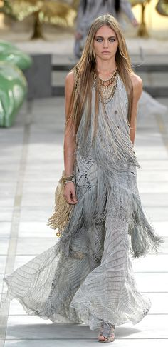 Explore the looks, models, and beauty from the Roberto Cavalli Spring/Summer 2011 Ready-To-Wear show in Lake Como on 27 September with show report by Dolly Jones Boho Chic, Bohemian Mode, Bohemian Style, Roberto Cavalli, Love Fashion, Runway Fashion, Fashion Show, Fashion Design, Fashion Goth