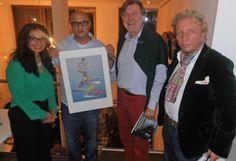 Omidi-Sabet (2.v.li.) ersteigerte den limitierten Druck von Peter Nagel für 500 Euro. Gerd Warda von der Kulturzeitschrift Schleswig-Holstein (2.v.re.) hatte das Kunstwerk dem guten Zweck zur Verfügung gestellt.