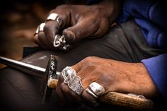 Diese Hände beweisen handwerkliche Kunst... Rings For Men, Bracelets, Handmade, Jewelry, People, Art, Men Rings, Hand Made, Jewlery