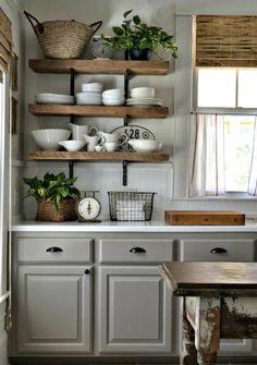 cuisine champêtre avec des étagères en bois ouvertes, repeindre ses meubles de cuisine en gris