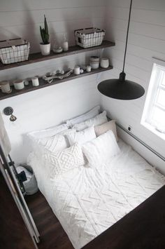 Laurier - Projects - Minimaliste tiny house on wheels Two Bedroom Tiny House, Small House Living, Small Apartment Bedrooms, Home Bedroom, Teen Bedroom, Living Room, Best Tiny House, Modern Tiny House, Small Room Design