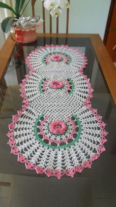 Caminho de mesa em crochê feito com linha. <br> <br>Pode ser feito em outras cores e tamanhos, de acordo com sua necessidade.