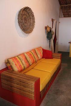 Fizemos a base do sofá em alvenaria, pintamos e encaixamos as almofadas que levamos daqui de Atibaia para lá!