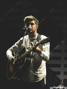 Niall performing at the iHeartRadio Wild 949 Jingle Ball