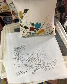 Cushion Embroidery, Diy Embroidery Patterns, Hand Embroidery Videos, Embroidery Stitches Tutorial, Embroidery Flowers Pattern, Simple Embroidery, Embroidery Art, Cross Stitch Embroidery, Pillow Crafts