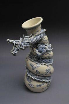 Vaso de dragão – sequência de imagens mostra escultor trabalhando com cerâmica