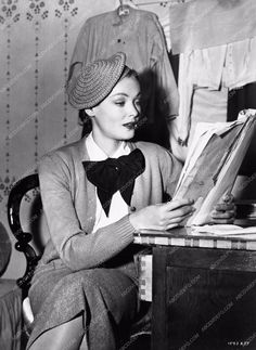 photo candid Gene Tierney reading script in dressing room Never Let Me Go 763-24