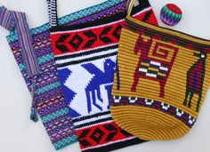 Crochet Purses Design Tapestry Crochet Sacos de Guatemala - If you haven't tried Tapestry Crochet, you are missing out on a wonderful art form. This page includes How to Do Tapestry Crochet plus free patterns and graphs to use. Crochet Shell Stitch, Crochet Chart, Diy Crochet, Crochet Stitches, Crochet Handbags, Crochet Purses, Crochet Bags, Mochila Crochet, Tapestry Crochet Patterns