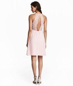 Sieh's dir an! Kurzes Kleid aus leichtem Webstoff. Das Kleid hat ein schmal geschnittenes Oberteil mit einer eingesetzten Spitzenpartie. Rückenteil aus durchbrochener Spitze mit geknöpftem Nackenschlitz. Geraffte Teilungsnaht in der Taille und ein leicht glockig geschnittener Rock. Verdeckter Reißverschluss im Rücken. Gefüttert.  – Unter hm.com gibt's noch viel mehr.