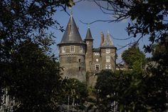 """Toujours animée et vivante, bien campée sur son rocher, la ville offre un dédale de ruelles et d'escaliers descendant vers son port, dont le château de """"Barbe Bleue"""" semble surveiller l'entrée."""