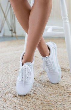 Der Vans Oldskool in weiß ist einer meiner Lieblingsschuhe, wenn es um Bequemlichkeit und lässigen Style geht. Er trägt sich super angenehm und lässt sich einfach zu jedem Outfit ergänzen. Ein MUSS für den Sommer. Für jeden, der einen schlichten, coolen und angenehm zu tragenden Schuh sucht. Er lässt jeden Style etwas Skatermäßig aussehen ;) (Gibt es günstig auf Amazon!)