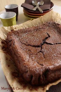 Gâteau Mascarpone Ingrédients: 200 g de chocolat noir pâtissier ( pour moi à 64 % ) 75 g de sucre glace 40 g de farine 250 g de mascarpone 4 oeufs