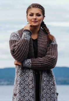 Ravelry: Lang Vågåjakke/Long Vågåjacket pattern by Sidsel J. Norwegian Knitting, Fair Isle Knitting Patterns, Pullover, Diy Crochet, Fall Winter Outfits, Crochet Clothes, Knit Cardigan, Mantel, Knitwear