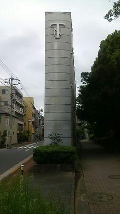 薄い建物。