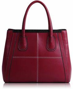 Τσάντα σε κόκκινο χρώμα απο τεχνητό δέρμα (Art PU Leather), η οποία διαθέτει λουρί για κρέμασμα στον ώμο και κλείνει με φερμουάρ. Εσωτερικά έχει φόδρα με τέσσερις θήκες, εκ των οποίων οι δύο με φερμουάρ. Διαστάσεις: 33,5x16x27,5 εκ. Κωδικό: HF4 www.helenfashion.gr