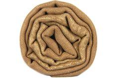 L'écharpe marron glacé aux reflets bronzee en laine douce et chaude. Camel, light brown wool pashmina scarf shawl stole.
