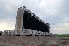 Ein Gradierweg. Das einzige in Brandenburg und auch eines der größten Gradierwerke in Deutschland. Es steht an der Therme mit Salzsee in Bad Wilsnack, Prignitz.