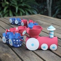 Make and easy egg carton train using egg cartons and a toilet roll.: