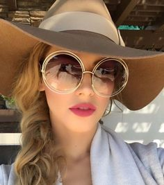 11 Hottest Eyewear Trends for Men & Women 2017 - Sunglasses are worn for different purposes. We do not wear them for just protecting our eyes from sunlight or dust while walking in the streets. Round Frame Sunglasses, Retro Sunglasses, Ray Ban Sunglasses, Sunglasses Women, Sunglasses Accessories, Women's Accessories, Ray Ban Mujer, Glasses Trends, Eyewear Trends