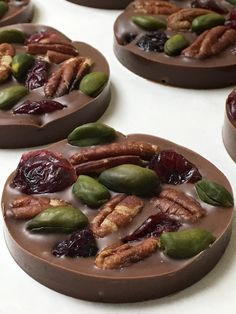 Milk Chocolate Pistachio-Cranberry Mendiant Orsoya Chocolate Simple, sweet and salty. This fruit and nut milk chocolate mendiant is all … French Chocolate, Chocolate Bark, Homemade Chocolate, Chocolate Recipes, Chocolate Gifts, Clean Eating Snacks, Healthy Snacks, Healthy Recipes, Healthy Sweets