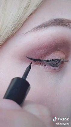 Winged Eyeliner Tricks, Eyeliner Hacks, Emo Eyeliner, Perfect Winged Eyeliner, Winged Eyeliner Tutorial, Eyeliner For Beginners, Eye Liner Tricks, No Eyeliner Makeup, Makeup Eyes