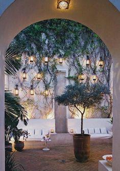 wandbegrünung-kletterpflanzen-weiße-sofa-terrasse-laternen-