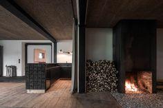 destilat Design Studio designed a stunning modern lounge in the former workshop of a historical Alpine chalet in Tyrol, Austria. Lounge Design, Loft Design, Design Studio, Bauhaus, Agi Architects, Old Wooden Chairs, Lakeside Cabin, Chalet Design, Journal Du Design
