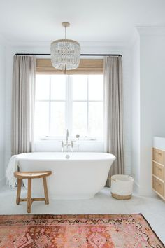 Amber Interiors Creates a Beachy Eclectic Home for Elyse Walker — Stace King II Simple Bathroom with Rug Accent Bathroom Window Coverings, Bathroom Windows, Bath Window, Bathroom Window Curtains, Bad Inspiration, Bathroom Inspiration, Bathroom Ideas, Bathroom Goals, Bathroom Storage