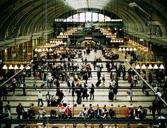 Il calore umano come forma di #energia rinnovabile e alternativa?  Ecco una storiella esemplare che comincia con le circa 250.000 persone che passano ogni giorno alla #stazione ferroviaria centrale di Stoccolma.  Esseri umani che camminano, fanno acquisti, mangiano e… producono calore!  #energie alternative su @marraiafura