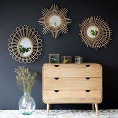 Tendance accumulation avec les miroirs en rotin et mur noir dans la chambre. Vous aussi vous craquez pour les miroirs en rotin ? Optez pour ce modèle en forme d'étoile pour une touche d'originalité !