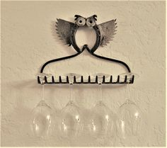 Owl Wine Rack 106 Source by Welded Metal Projects, Welding Art Projects, Welding Crafts, Blacksmith Projects, Metal Crafts, Horseshoe Nail Art, Horseshoe Projects, Horseshoe Crafts, Metal Yard Art