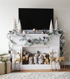 dekorative Kaminumrandung in Weiß zu Weihnachten schön dekoriert