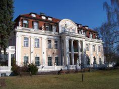 Грабова вилла (Grabova vila) / Красивое двухэтажное здание с мансардой посреди парка – это и есть Грабова вилла, или Grabova vila. Ею владело семейство Граб, это – его родовое гнездо. Оно расположено в Прага 8,[...]