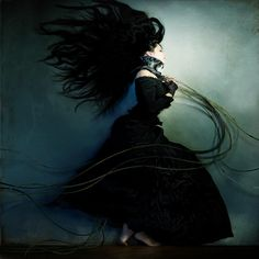 Trago a chave do baú  pendurada ao pescoço.   Várias vezes ao dia, costumo visitá-lo,  às escondidas de mim.  Me olho no espelho.  Experimento um colar, sobre o meu colo nú.  Visto um vestido antigo  e danço sozinha uma melodia que só eu ouço.  Só eu consigo fechar os olhos e sentir os acordes,   de cada instrumento.  A música é fria como lâmina  e corta o meu coração em duas metades.  Metade eu. Metade você.  Danço. Danço. Danço.  Mas não te encontro mais  ..  Texto; marisa Sevilha…