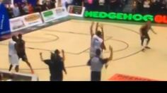 Gana un partido con un triple sobre la bocina a una mano. ¿No te lo crees? Mira... - @KIAenZona #baloncesto #basket #basketbol #basquetbol #kiaenzona #equipo #deportes #pasion #competitividad #recuperacion #lucha #esfuerzo #sacrificio #honor #amigos #sentimiento #amor #pelota #cancha #publico #aficion #pasion #vida #estadisticas #basketfem #nba