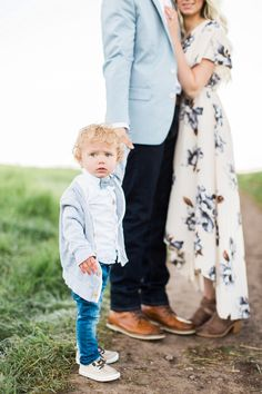 Light blue, white and floral print Family Photography Outfits, Photography Mini Sessions, Clothing Photography, Family Photo Sessions, Family Portraits What To Wear, Family Beach Portraits, Family Posing, Spring Family Pictures, Family Pictures What To Wear