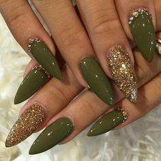 Olive and gold stiletto nails nails - unghie verdi, unghie stiletto en ungh Gorgeous Nails, Love Nails, Fun Nails, Pretty Nails, Fabulous Nails, Perfect Nails, Gold Stiletto Nails, Pointed Nails, Coffin Nails