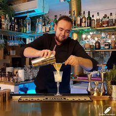 En pleno colado de un exquisito cóctel el gran bartender Anthony Maenhoudt .    #CopasConEstilo #Bartender #Cocktail #Coctelería #Cóctel #Cócteles #Madrid #CóctelesEnMadrid Madrid, Style