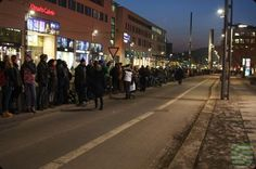 Etwa 12 000 Menschen reihten sich gestern, am 13. Februar 2017, in die Menschenkette um die Dresdner Innenstadt ein, zu der Dresdens Oberbürgermeister Dirk Hilbert zusammen mit Kirchen, Institutionen, Vereinen und Initiativen aufgerufen hatte. Hand in Hand erinnerten die Teilnehmerinnen und Teilnehmer an die Zerstörung Dresdens vor 72 Jahren und setzten ein weit sichtbares Zeichen des Miteinanders für eine weltoffene, tolerante Stadt. Oberbürgermeister Dirk Hilbert eröffnete gegen 17.15 Uhr…