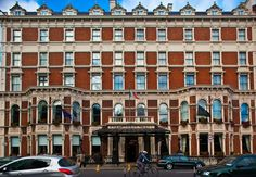 Shelbourne Hotel on yksi Dublinin legendaarisimmista hotelleista. © The Shelbourne Hotel Haunted Hotel, Most Haunted, Haunted Places, Bathroom Suites Uk, Ensuite Bathrooms, Luxury Bathrooms, Shelbourne Hotel, Dublin Hotels, Dublin City