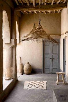 [ Inspiration déco ] The ethnic decoration and wabi sabi - Trend Camping Fashion 2020 Wabi Sabi, Style At Home, Turbulence Deco, Tadelakt, Mediterranean Decor, Home And Deco, Design Case, Rustic Interiors, Moroccan Interiors