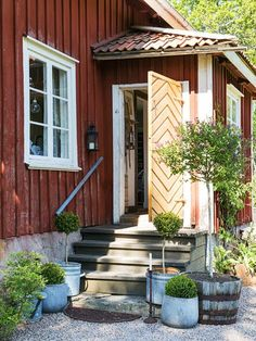 my scandinavian home: The idyllic Swedish summer cottage Swedish Cottage, Red Cottage, Swedish House, Cottage Homes, Swedish Farmhouse, Cottage Porch, Swedish Style, Scandinavian Home, Nordic Home