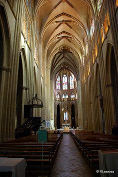Catedral de Bayona, Francia    Imágnes de la nave principal y las vidrieras de la Catedral de Bayona, Francia.    La cathédrale Sainte-Marie est la cathédrale gothique de Bayonne (Pyrénées-Atlantiques), construite aux xiiie siècle et xive siècle. Elle est aussi nommée cathédrale Notre-Dame de Bayonne.    C'est une cathédrale ogivale, commencée en 1213 surmontée par deux clochers de 85 mètres de haut. Elle renferme la châsse de saint Léon. Un cloître, datant de 1240, lui est attenant.    Elle…