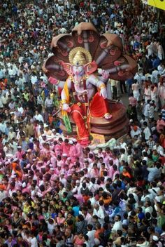 A huge Lord Ganesh idol made by popular idol maker Rajan Zad surrounded by a crowd of devotees. Pic/Pradeep Dhivar #indipin