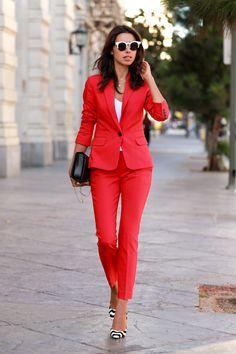 chaqueta de color rojo con los pantalones