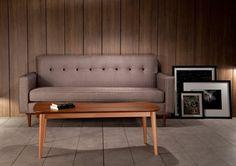 Canapé gris vintage, Kann Design. Avec son dossier capitonné, ce canapé trouvera facilement sa place dans un salon lounge.